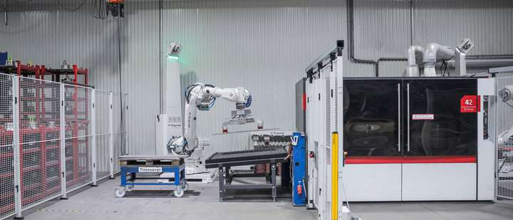 EasyDebur unloading large parts from a deburring machine