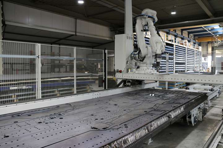 EasyUnpacker at work during unloading a table with different sizes laser cut parts