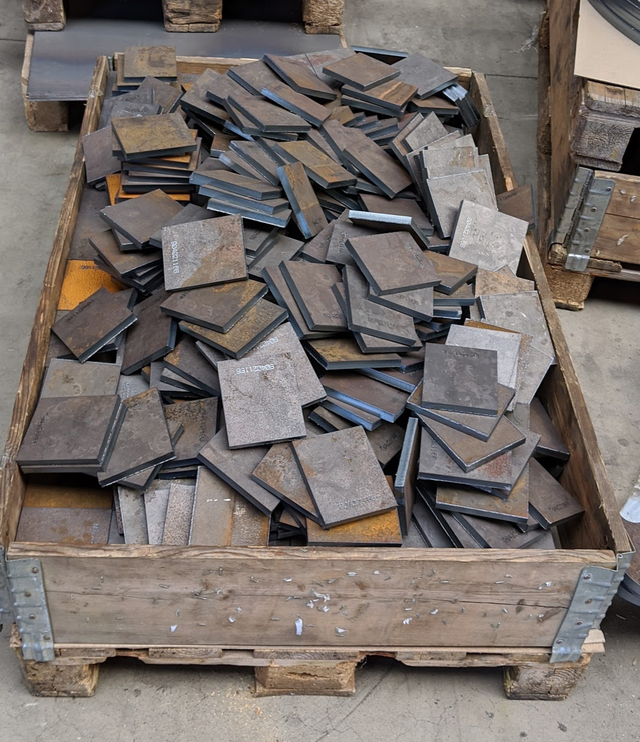 Pallet with randomly placed square metal plates